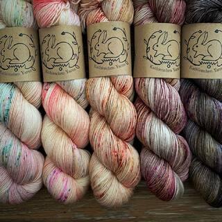 """""""Rising Moon"""" - Shawl Sets sind jetzt im Shop. 🌒🌓🌔🌕 Sie sind limitiert und auf hochwertigen Fasern gefärbt, die ich nicht regulär im Shop führe.  Für dieses Set hat mich wie so oft, die Jahreszeit inspiriert.  Es wird kälter und Halloween ist nah. 💀Spätestens, wenn es neblig wird, umfängt die Welt ein kleiner Zauber.✨   Die Sets sind unter Kits - Shawl Kits zu finden.   """"Rising Moon"""" - Shawl Sets are in the store now. 🌒🌓🌔🌕 They are limited edition and dyed on high quality fibers that I don't carry regularly in the store.  For this set, as often happens, I was inspired by the season.  It is getting colder and Halloween is near. 💀Latest, when it becomes misty, the world embraces a little magic.✨   The sets can be found under Kits - Shawl Kits.  #kathienchenyarns #handdyedyarn #fadeyarn #silkyarn #indieyarn #indieyarndyer #yarnlove #yarnset #fadeyarn #yarnfade #yarnkit #handgefärbtewolle #stricken #wolle #neverenoughyarn #shawlyarn #yarn #knittersofinstagram"""