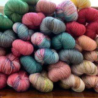 Neue Silky Light Stränge sind im Shop - und mehr Wolle kommt im Laufe des Abends in den Shop. 🎉 Die Silky Light ist mit ihrer Zusammensetzung aus 50% Seide und 50% Merino ein kühlendes Sommergarn, dass trotzdem die Formfestigkeit eines Merino-Garns besitzt. 🌞🐑 Silky Light has been updatet - and more is comming. 🎉  #strickenmachtglücklich #indiedyedyarn #knit #yarn #shawlyarn #summeryarn #wolle #stricken #yarnaddiction #knitspiration #sockyarn #indiedyedyarn #indieyarn #sweater #silkyarn #slowfashion #wolle #tricot #yarnporn #yarnoholic #woollove #yarnlove #yarnaddict #knittersofinstagram #dyersofinstagram #indiedyersofinstagram #speckledyarn #knitspirit #yarnaddiction #stricken #kathienchen #kathienchenyarns
