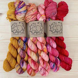 "Ein letztes ""For the Love"" Fade Kit ist noch verfügbar. Dankeschön! 😘  #strickenmachtglücklich #indiedyedyarn #knit #yarn #wolle #stricken #yarnaddiction #fadekit #knitspiration #sockyarn #indiedyedyarn #indieyarn #sweater #sweaterknitting #slowfashion #wolle #tricot #yarnporn #yarnoholic #woollove #yarnlove #yarnaddict #knittersofinstagram #dyersofinstagram #indiedyersofinstagram #speckledyarn #knitspirit #yarnaddiction #stricken #kathienchen #kathienchenyarns"