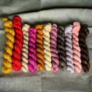 """Ein paar farbenfrohe Mini Sets sind in den Shop gewandert. Ich denke, sie lassen sich zu wunderbaren STRIPES! Pullover von Andrea Mowry verarbeiten. Um euren Projekten etwas mehr Textur und mehr Strickspaß zu geben, gehören zu jedem Set zwei 20g Stränge der Flauschwolle """"Natural Fluff"""".   Die Sets sind unter Mini Sets zu finden. 😊  A few colorful mini sets have moved into the store. I think they can be turned into wonderful STRIPES! Sweaters from Andrea Mowry. To give your projects a little more texture and more knitting fun, each set includes two 20g strands of the fluffy wool """"Natural Fluff"""".   The sets can be found under Mini Sets. 😊  #indiedyedyarn #miniskeins #miniskeinset #drkstripes #indiedyersofinstagram #yarn #knit #knitspiration #timetoknit #speckledyarn #yarnaddiction #woollove #yarnaddict #yarnlove #yarnlovers #tricot #yarnporn #knitspirit #knittersofinsta #handmade #slowfashion #indieyarn #knittingaddict #kathienchenyarns"""