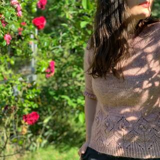"In der Babypause habe ich klammheimlich einen Pullover gestrickt: den #magnoliasweater 💕🌸💕 Verwendet habe ich die neue Farbe ""Blush"" 🤗 Sie ist zur Zeit im Shop zu finden. Es ist schön wieder da zu sein!   During the baby break I secretly knitted a sweater: the #magnoliasweater 💕🌸💕 I used the new color ""Blush"" 🤗 It can be found in the store at the moment. It is nice to be back again!  #kathienchenyarns #sweaterweather #camillavaddk  #strickenmachtglücklich #indiedyedyarn #indiedyersofinstagram #yarn #knit #knitspiration #timetoknit #speckledyarn #yarnaddiction #woollove #yarnaddict #yarnlove #yarnlovers #tricot #yarnporn #knitspirit #knittersofinsta #handmade #slowfashion #indieyarn #knittingaddict #fibreartist #knittersofinstagram"