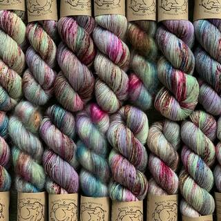 Siren - neue Farbe auf verschiedenen Garnqualitäten. Das nächste Shop-Update kommt bestimmt! Genießt den Freitag Nachmittag und vielleicht auch die Sonne, falls sie auch bei euch scheint! 😘🌸😎   Siren - new color on different yarn qualities. The next store update is coming for sure! Enjoy the Friday afternoon and maybe the sun, if it also shines  where you are located! 😘🌸😎  #indiedyedyarn #indiedyersofinstagram #yarn #knit #knitspiration #timetoknit #fibreart #fibreartist #aquayarn #speckledyarn #yarnaddiction #woollove #yarnaddict #yarnlove #yarnlovers #tricot #yarnporn #knitspirit #knittersofinsta #handmade #slowfashion #indieyarn #knittingaddict #kathienchenyarns