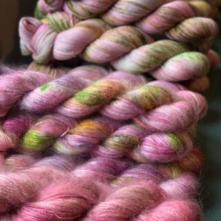 Ein sehr rosiges Shop Update steht an. 🌹🐑 Es wird aber erst Anfang nächster Woche so weit sein. Ich wünsche Euch einen schönen Start ins... Wochenende! 💫  #indiedyedyarn #finreart #finreartist #roseyarn #indiedyersofinstagram #yarn #knit #knitspiration #timetoknit #speckledyarn #yarnaddiction #woollove #yarnaddict #yarnlove #yarnlovers #tricot #yarnporn #knitspirit #pinkyarn #knittersofinsta #handmade #slowfashion #indieyarn #knittingaddict #kathienchenyarns