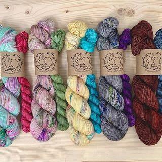 Heute gibt es neue Socken Sets auf der High Twist Base. 💐  Today I have new Sock Sets for you. They are dyed on my High Twist Base. 💐  #strickenmachtglücklich #indiedyedyarn #knit #yarn #wolle #stricken #yarnaddiction #knitspiration #sockyarn #indiedyedyarn #indieyarn #sweater #sweaterknitting #slowfashion #wolle #tricot #yarnporn #yarnoholic #woollove #yarnlove #yarnaddict #falklandwolle #sockset #knittersofinstagram #dyersofinstagram #yarnkit #indiedyersofinstagram #speckledyarn #knitspirit #yarnaddiction #stricken #kathienchenyarns #kathienchen