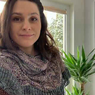 Heute bekommt mein wunderschöner #desfleursshawl von @ncl_knits ein bisschen Tageslicht. 🥰 Die Farben sind Lavender und Fluorit auf meiner Single Base... hm, die beiden Farben muss ich unbedingt wieder Färben. ☺️🐑🌈  Today my gorgeous #desfleursshawl from @ncl_knits is getting some daylight. 🥰 The colors are Lavender and Fluorite on my single base.... hmm, I definitely need to dye those two colors again ☺️🐑🌈  #neverenoughshawls #knittingwithbeads #outfitoftheday #shawlknitting #singleyarn #strickenmachtglücklich #indiedyedyarn #indiedyersofinstagram #yarn #knit #knitspiration #timetoknit #speckledyarn #yarnaddiction #woollove #yarnaddict #yarnlove #yarnlovers #tricot #yarnporn #knitspirit #knittersofinsta #handmade #slowfashion #indieyarn #knittingaddict #kathienchenyarns