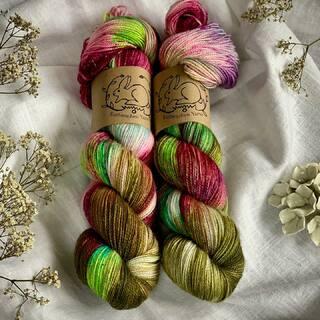 Illumination ✨ ist eine der Weihnachtsfärbungen von Kathienchen Yarns. Sie erinnert mich an bunte Lichterketten im Advent. 😁  #indiedyedyarn #christmasyarn #sockyarn #indiedyersofinstagram #yarn #knit #knitspiration #timetoknit #speckledyarn #yarnaddiction #woollove #yarnaddict #yarnlove #yarnlovers #tricot #yarnporn #knitspirit #knittersofinsta #handmade #slowfashion #indieyarn #knittingaddict #kathienchenyarns