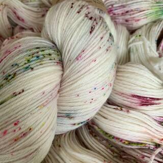Feine Speckles ✨ Foliage in der Soft Cashmere Qualität fotografiert.   #kathienchenyarns #handdyedyarn #cashmereyarn #shawlyarn #indieyarn #indieyarndyer #yarnlove #fineyarn #speckledyarn #handgefärbtewolle #stricken #wolle #neverenoughyarn #shawlyarn #yarn #knittersofinstagram
