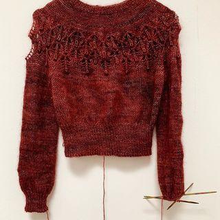 """#lovenotesweater 🥰 """"The Daydreamer"""" ist nicht mehr auf den Nadeln. 🙈 Der Grund dafür ist, dass es ein zwar sehr schönes aber für mich zu anspruchsvolles Muster ist. Dafür entspanne ich zu gern beim Stricken... 😅 Zum Glück lässt sich die Wolle für jeden anderen Mohair Sweater in fingering Stärke verwenden. Kits für euren Mohair Sweater könnt ihr im Shop unter Kits (The Daydreamer) finden. 😉  #indiedyedyarn #knittersofinsta #tincanknits #strickenmachtglücklich #yarnporn #yarn #knit #dyersofinstagram #indiedyer #indiedyersofinstagram #knitspiration #mohair #mohairyarn #mohairlove #sockyarn #merinoyarn #indiedyedyarn #tricot #yarnaddiction #yarnoholic #yarnlove #yarnlovers #woollove #knitspirit #knitting #sweaterweather #sweaterknitting #kathienchenyarns"""