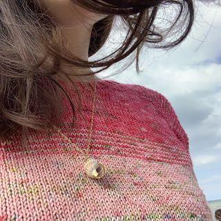 """""""So Fades sweater"""" by @dreareneeknits gestrickt aus dem """"After Rain comes Sun"""" Kit.😁 Viele Grüße von der Ostsee! 🌞🌊🍓 #strickenmachtglücklich #sofadedsweater #dreareneeknits #fade #indiedyedyarn #knit #yarn #wolle #stricken #yarnaddiction #knitspiration #sockyarn #indiedyedyarn #indieyarn #sweater #sweaterknitting #slowfashion #wolle #tricot #yarnporn #yarnoholic #woollove #yarnlove #yarnaddict #knittersofinstagram #dyersofinstagram #indiedyersofinstagram #speckledyarn #knitspirit #yarnaddiction #stricken #kathienchen #kathienchenyarns"""