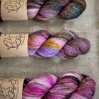 Enchanted Forest - ein kleiner Fade auf drei BFL Sock Stränge gefärbt. Ihr könnt ihn in der Kategorie BFL Sock finden. ✨🧚🏻♂️🌲🧚🏻♂️✨  #kathienchenyarns #fadekit #bflyarn #bluefacedleicester #varigatedyarn #allthefades #yarnkit #yarnlove #speckledyarn #handdyedyarn #handdyedyarns #wolle #handgefärbtewolle #wollliebe