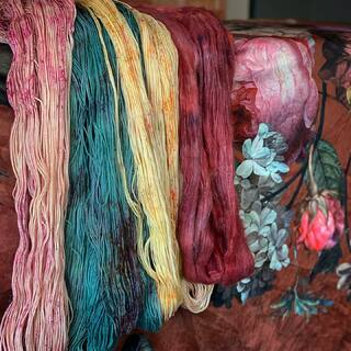 Winding yarn today 🌱🌹🌿 It is so satisfying to see the outcome of the own work. I wish you a good start into the week! 🥰  #kathienchenyarns #yarn #wolle #stricken #handgefärbtewolle #stricken #yarndyeing #yarnart #neverenoughyarn #autumnyarn #speckledyarn #surialpaca #autumnvivbes