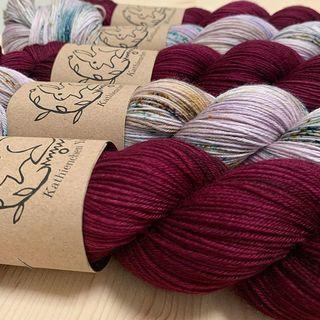 Taiga und Velvet ❄️🧶 ist eine wunderbar winterliche Kombination. 💨🐑 Taiga and Velvet ❄️🧶 is a wonderful winter combination. 💨🐑 #shawlyarn #sweateryarn #strickenmachtglücklich #indiedyedyarn #cozyknitting #indiedyersofinstagram #yarn #knit #knitspiration #timetoknit #speckledyarn #yarnaddiction #woollove #yarnaddict #yarnlove #yarnlovers #tricot #yarnporn #knitspirit #knittersofinsta #handmade #slowfashion #indieyarn #knittingaddict #kathienchenyarns