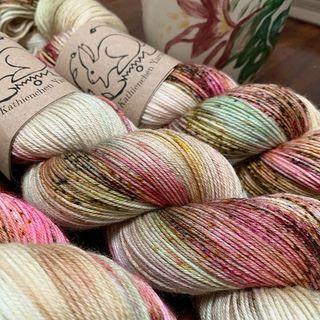 Frisch gewickelt. 🌸 Almond Blossom kommt Morgen als neue Farbe in den Shop. Vorerst wird sie auf Soft Sock und Merino DK verfügbar sein. 🥰  Freshly skeined. 🌸 Almond Blossom will be in the shop tomorrow as a new colour. For now it will be available on Soft Sock and Merino DK. 🥰  #indiedyersofinstagram #yarn #knit #knitspiration #timetoknit #speckledyarn #yarnaddiction #woollove #yarnaddict #yarnlove #yarnlovers #tricot #yarnporn #knitspirit #knittersofinsta #handmade #slowfashion #indieyarn #knittingaddict #kathienchenyarns