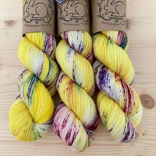 Neue Wolle ist im Shop! Hier für Mutige: Early Bird auf Soft Sock. 🐥🎉🐥 New wool is in the shop! Here for the brave: Early Bird on Soft Sock. 🐥🎉🐥 #strickenmachtglücklich #sweateryarn #shawlyarn #yellowyarn #indiedyedyarn #indiedyersofinstagram #yarn #knit #knitspiration #timetoknit #speckledyarn #yarnaddiction #woollove #yarnaddict #yarnlove #yarnlovers #tricot #yarnporn #knitspirit #knittersofinsta #sockyarn #handmade #slowfashion #indieyarn #knittingaddict #kathienchenyarns