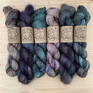 Ein paar gedeckte Töne sind heute in den Shop gewandert: Lavender, Storm Cloud und Fluorit. 👁🥀💨 #strickenmachtglücklich #indiedyedyarn #indiedyersofinstagram #yarn #knit #knitspiration #timetoknit #speckledyarn #yarnaddiction #woollove #yarnaddict #yarnlove #yarnlovers #tricot #yarnporn #knitspirit #knittersofinsta #handmade #slowfashion #indieyarn #knittingaddict #kathienchenyarns
