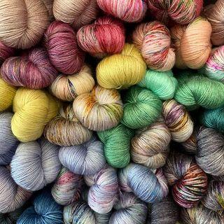 SALE! Die wunderbare Silky Light geht ab dem 15. September in die Winterpause... bis dahin ist sie mit einer Rabattierung von 10% erhältlich! 🍭🤩🍭 #yarnsale #strickenmachtglücklich #indiedyedyarn #knit #yarn #wolle #stricken #yarnaddiction #knitspiration #sockyarn #indiedyedyarn #indieyarn #sweater #silkyarn #slowfashion #wolle #tricot #yarnporn #yarnoholic #woollove #yarnlove #yarnaddict #knittersofinstagram #dyersofinstagram #indiedyersofinstagram #speckledyarn #knitspirit #yarnaddiction #stricken #kathienchen #kathienchenyarns