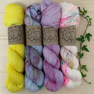 In der dunklen Jahreszeit braucht man manchmal ganz besonders helle, zarte und leuchtende Farben. 🌸 Marigold, Lady of the Lake, Lilac und Blessing (Soft Sock) lassen mein Mädchenherz höher schlagen. 😊🧚🏻‍♀️💕 In the dark season of the year you sometimes need particularly light, delicate and bright colours. 🌸 Marigold, Lady of the Lake, Lilac and Blessing (Soft Sock) make my girl's heart beat faster. 😊🧚🏻‍♀️ #shawlknitting #yarncombo #strickenmachtglücklich #indiedyedyarn #yarnset #indiedyersofinstagram #yarn #knit #knitspiration #timetoknit #speckledyarn #yarnaddiction #woollove #yarnaddict #yarnlove #yarnlovers #tricot #yarnporn #knitspirit #knittersofinsta #handmade #slowfashion #indieyarn #knittingaddict #kathienchenyarns