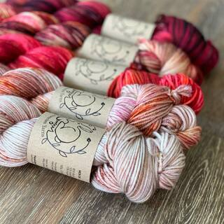 "Ich sage dem Sommer leise ein auf Wiedersehen mit dem ""Sangria Fade""... heute ab 20.00 Uhr im Shop erhältlich auf MCN DK und Supersoft Cashmere. 🌹🍷🌞 Ich hoffe, ihr konntet den Sommer trotz der Umstände gut gestalten und genießt noch die letzten warmen Stunden. 😉  I say a quiet goodbye to the summer with the ""Sangria Fade""... available today from 20.00 o'clock in the store on MCN DK and Supersoft Cashmere. 🌹🍷🌞 I hope you were able to make the summer a good one despite the circumstances and still enjoy the last warm hours. 😉  #kathienchenyarns #shawlknitting #strickenmachtglücklich #indiedyedyarn #indiedyersofinstagram #yarn #knit #knitspiration #timetoknit #speckledyarn #yarnaddiction #woollove #yarnaddict #yarnlove #yarnlovers #tricot #yarnporn #knitspirit #knittersofinsta #handmade #slowfashion #indieyarn #knittingaddict #fade #fadekit #fadeyarnset #fibreart #finreartist #cashmereyarn"
