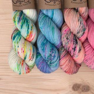Neue Garne sind im Shop! 🥳 Darunter auch diese Färbungen auf Merino DK.  #strickenmachtglücklich #sweateryarn #merinoyarn #indiedyedyarn #knit #yarn #wolle #stricken #yarnaddiction #knitspiration #dkyarn #indiedyedyarn #indieyarn #sweater #sweaterknitting #slowfashion #wolle #tricot #yarnporn #yarnoholic #woollove #yarnlove #yarnaddict #knittersofinstagram #dyersofinstagram #indiedyersofinstagram #speckledyarn #knitspirit #yarnaddiction #stricken #kathienchen #kathienchenyarns