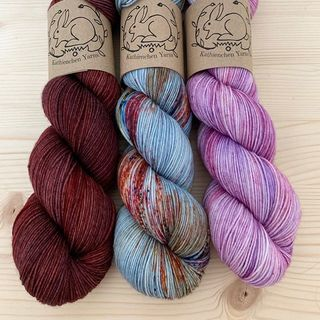 Toffee, Gobelin und Lilac ergeben ein wunderbares Set für ein Tuch. 💕 Lilac ist eine neue Farbe, die heute beim Shop Update (ab 15.00 Uhr) dabei ist. 🌸  #indiedyedyarn #knittersofinsta #strickenmachtglücklich #yarnporn #yarn #knit #dyersofinstagram #indiedyer #indiedyersofinstagram #knitspiration #sweateryarnforme #shawlyarn #shawlkit #sockyarn #merinoyarn #indiedyedyarn #tricot #yarnaddiction #yarnoholic #yarnlove #yarnlovers #woollove #knitspirit #knitting #shawl #kathienchenyarns