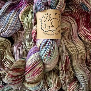 🧜🏽♀️Siren🧜🏽♀️ on BFL Sock. I adore this color so much. 🔥😉  #kathienchenyarns #handdyedyarn #sockyarn #bflyarn #indieyarn #indieyarndyer #yarnlove #sockknitting #bluefacedleicesterwool #handgefärbtewolle #stricken #wolle #neverenoughyarn #sockyarnaddict #yarn #knittersofinstagram