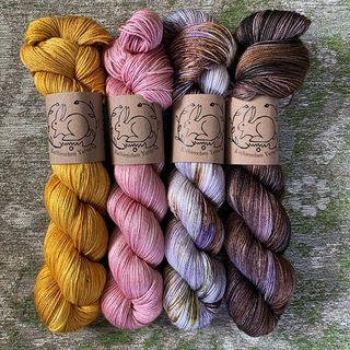 Neu auf der Silky Light (50% Merino, 50% Seide): Mustard, Rose Gold, Little Dove und Oppulence. 👀  New on the Silky Light (50% merino, 50% silk): Mustard, Rose Gold, Little Dove and Oppulence. 👀  #strickenmachtglücklich #indiedyedyarn #silkyarn #summeryarn #indiedyersofinstagram #yarn #knit #knitspiration #timetoknit #speckledyarn #yarnaddiction #woollove #yarnaddict #yarnlove #yarnlovers #tricot #yarnporn #knitspirit #knittersofinsta #handmade #slowfashion #indieyarn #knittingaddict #kathienchenyarns