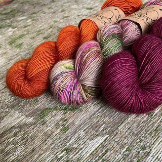 Rust, Ghost Stories und Velvet auf der Single Qualität. Das wäre eine schöne Kombination für den Color Love von @veerarain 💕🍭 Rust, Ghost Stories and Velvet on the Single quality. That would be a nice combination for the Color Love from @veerarain 💕🍭 #strickenmachtglücklich #indiedyedyarn #indiedyersofinstagram #yarn #knit #knitspiration #timetoknit #speckledyarn #yarnaddiction #woollove #yarnaddict #yarnlove #yarnlovers #tricot #yarnporn #knitspirit #knittersofinsta #handmade #slowfashion #indieyarn #knittingaddict #kathienchenyarns #colorloveshawl #veeravälimäki #shawlknitting #shawlkit #singleyarn  #shawlknitting
